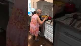 Yemek Yaparken Dans Eden Kadın