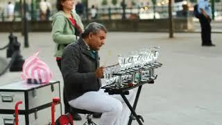 Уличный артист играет на БОКАЛАХ
