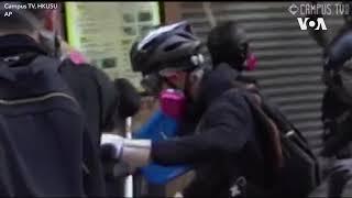 香港警察持左轮手枪近距离射击一名抗议者