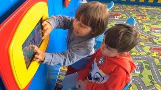 Gambar cover fatih selim ve yusuf oyun alanında tom oynuyorlar ve oyuncaklarla oynuyorlar