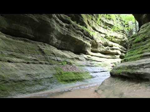 Walking into French Canyon in Starved Rock State Park (video postcard)