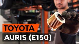 Ako vymeniť olejový filter a motorové oleje na TOYOTA AURIS 1 (E150) [NÁVOD AUTODOC]