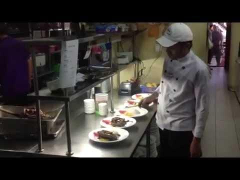 Suasana Di Dapur Bebek Bengil Intip Asisten Chef Menyiapkan Masakan Yang Order You