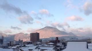 朝陽が昇ると同時に向かいの山は暖かい朝焼け やがて広がる青空に元気い...