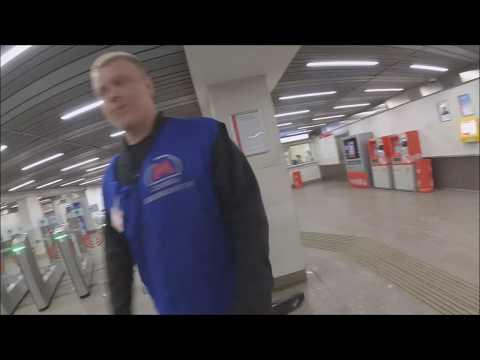 Метро. Сбыдлан пытается порвать рюкзак и прижимается пятой точкой. Не пустил в метро.