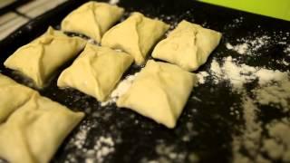 Пирожки  из  слоёного  теста с  сыром  и  ветчиной
