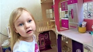 Алиса и Тея играют в кукол Кукольный домик Видео для девочек