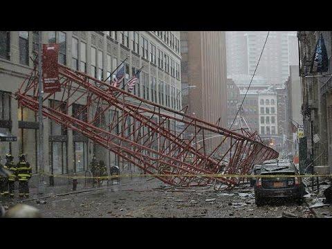 Drama in Manhattan: Riesiger Baukran stürzt ein (Fotoserie)