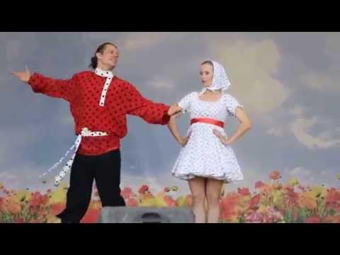Русский народный танец на сцене Центрального парка Новосибирска 1 сентября