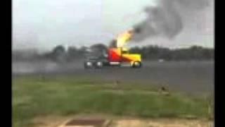 camion con motor de un caza.