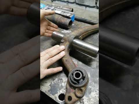 Запресовка старых саленблоков и пальцев из рычага задней торсионной балки Peugeot 206