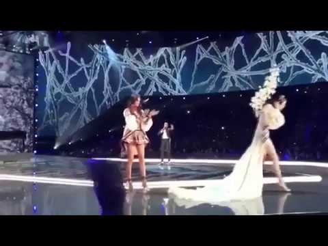 Ming Xi FALLS DOWN at Victoria's Secret 2017 fashion show - SEVERAL ANGLES OF VIEW