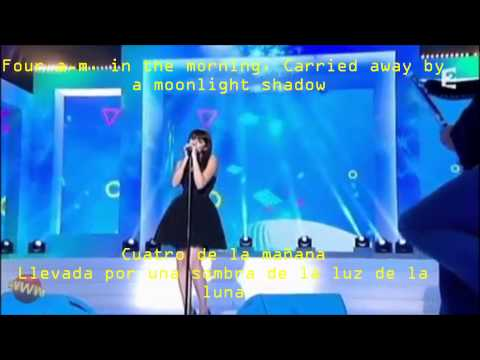Nolwenn Leroy Moonlight Shadow Spanish & English lyrics on the screen.