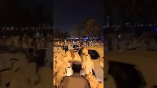 شاهد.. أمير قطر يعنف شابا مد يده للسلام عليه