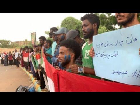 Sudaneses homenajean a los muertos de la revolución en el primer día de transición