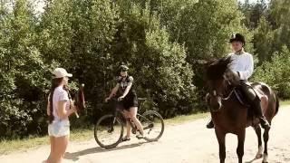 Велосипедистка соревнуется в скорости  с лошадью