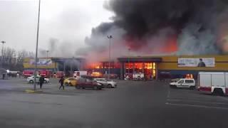 Смотреть видео Горит гипермаркет Лента в Санкт-Петербурге 10.11.2018 онлайн