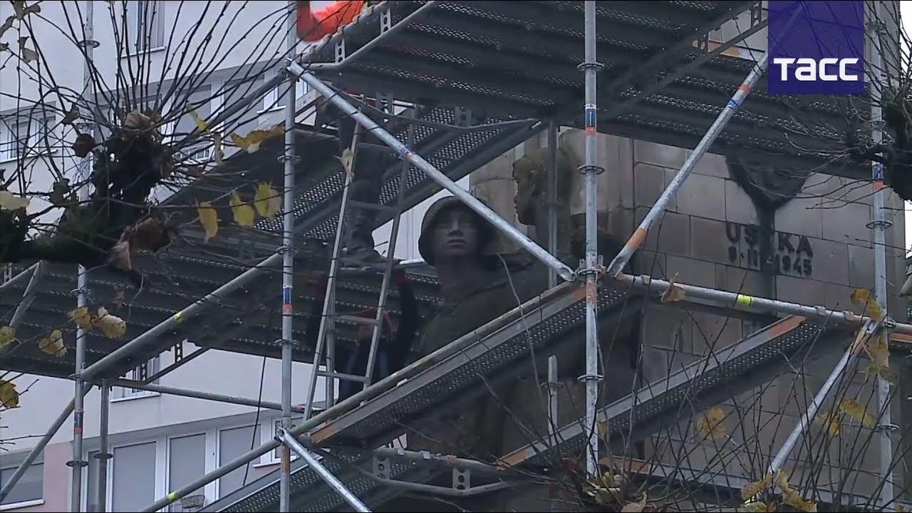 Кадры сноса памятника Красной армии в Польше