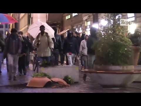 Omicidio Firenze, la rabbia dei senegalesi: distrutte fioriere antiterrorismo, paura in centro