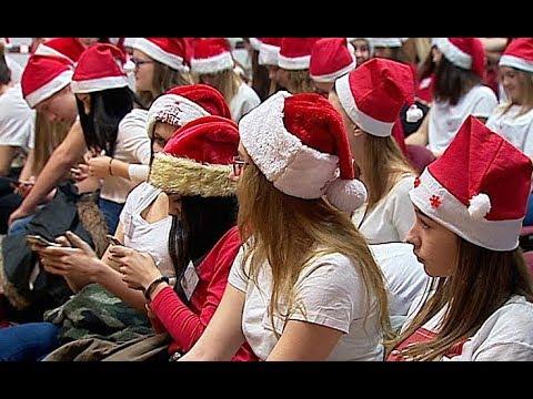 Pomocnicy Świętego Mikołaja pomagają chorym dzieciom