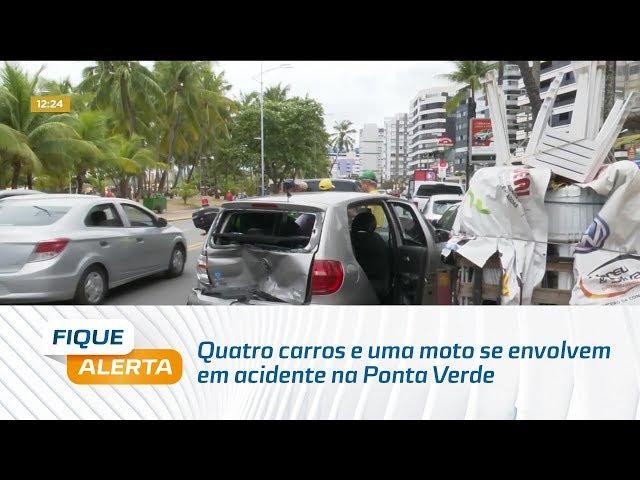 Quatro carros e uma moto se envolvem em acidente na Ponta Verde