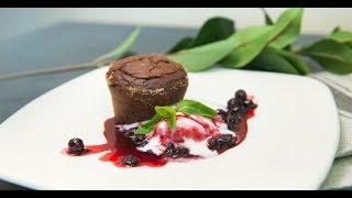 Шоколадный фондан с ягодным соусом | ТОП-100
