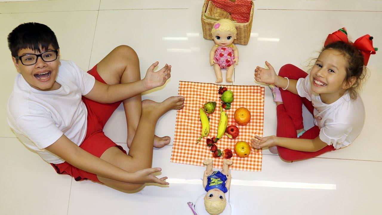 BRINCANDO COM MEU IRMÃO E A BONECA BABY ALIVE DE PICNIC COM COMIDA SAUDÁVEL