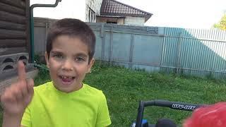 Малыш играет в полицейского и ловит воришку на новых машинках