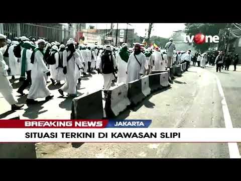 Massa Berjubah Putih Mulai Berkumpul Di Kawasan Slipi