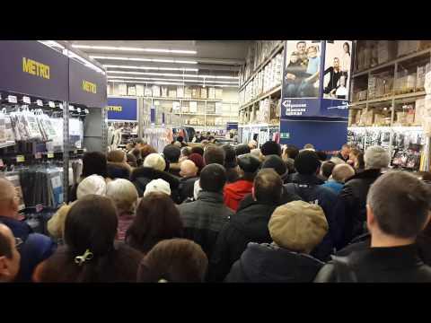 Дикая давка в магазине МЕТРО из-за посуды по акции