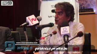 بالفيديو والصور| يحيي الفخراني أول الحضور بعزاء محمد خان