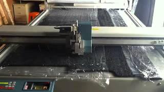 Планшетный режущий плоттер в процессе резки вспененной резины(, 2014-11-03T07:12:39.000Z)