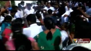 ADMK workers raise slogans against DMK and burn the effigy of Karunanidhi