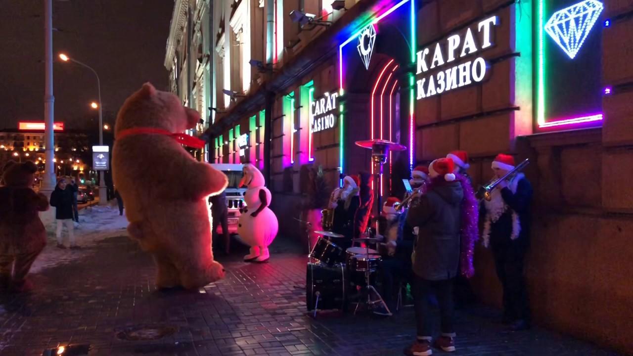 Новогоднее шоу в Минске: трехметровый Медведь гигант жгет