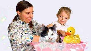 Лиза и мама купают котёнка