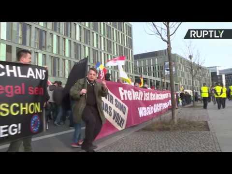 Manifestation contre la chancelière allemande dans le centre de Berlin (Direct du 04.03)