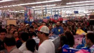 Crazy riot at Walmart over black  friday items