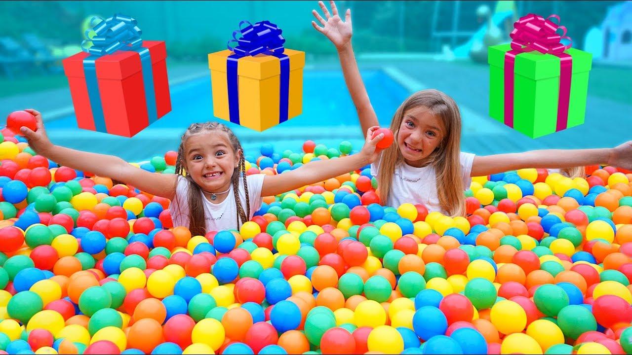 Regalos dentro de la piscina llena de bolas de colores By Las Ratitas