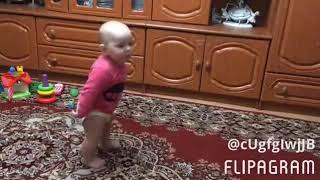 Маленькие ножки - ходят по дорожке. Нам 10 месяцев