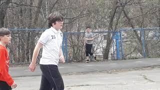 Игорь играет в футбол на уроке физкультуры