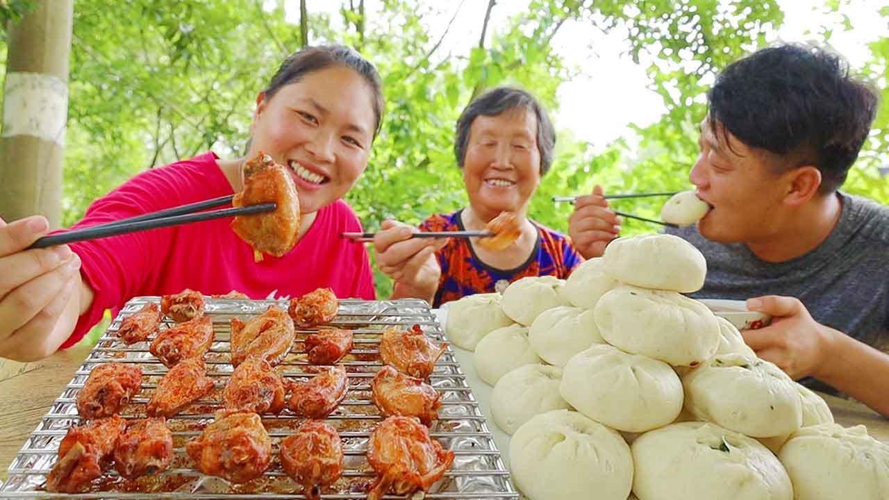 胖妹家早餐真丰富,蒸两笼包子,配十八个烤鸡腿,祖孙三人吃饱喝足~【陈说美食】