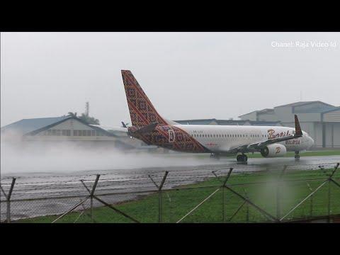 Take Off Hujan Deras Batik Air dan Lion Air di Bandara Husein Sastra Negara Bandung