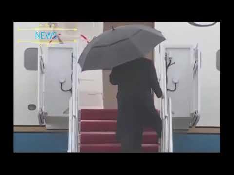 Трамп не смог закрыть зонт и выбросил его за борт  самолета. Видео