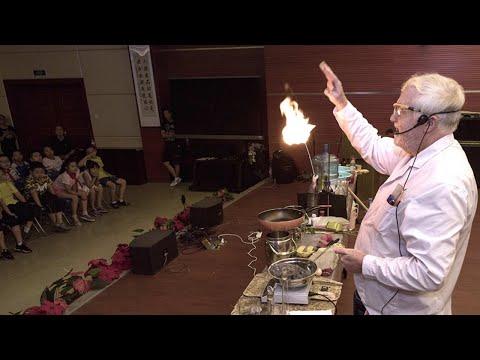 """牛津博士中国当老师 直播化学实验成""""网红"""""""