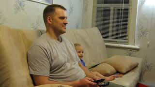 Папа решил посмотреть кино, но дочь видимо его уже видела и решила описать все своими словами))