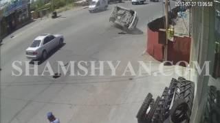 ԲԱՑԱՌԻԿ ՏԵՍԱՆՅՈՒԹ՝ Երևանում ինչպես է դիտահորի պատճառով Nissan ը օդ շպրտվում