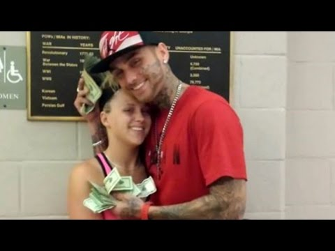 After Robbing Bank Couple Posts Photos of Cash on Facebook, Cops Say