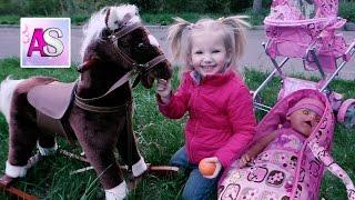 Беби бон Нюша спит в коляске для кукол и катается на лошадке качалке