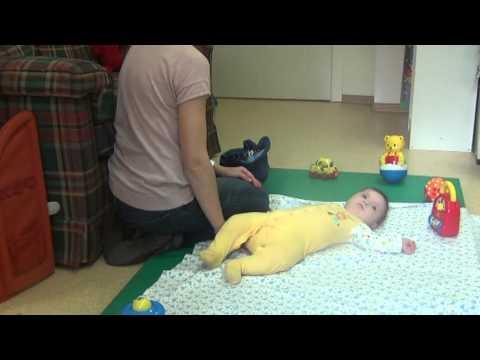 Как помочь ребенку перевернуться со спины на живот