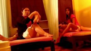 Миленькая,худенькая тайка делает тайский массаж